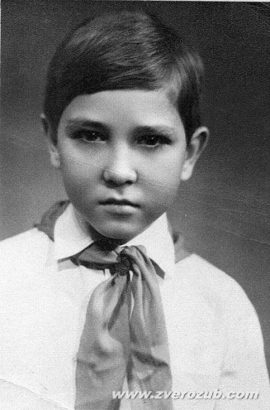 Игорь Русанов, 6-й класс, председатель совета пионерского отряда, член совета дружины школы, отличник. Отсюда такая неземная серьезность )))