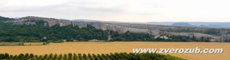 Гора Крокодил, вид от поселка Танковое в Бельбекской долине. Видовая площадка, где в средние века был дозорно-сигнальный пункт (блок-пост) - на левой, западной, оконечности