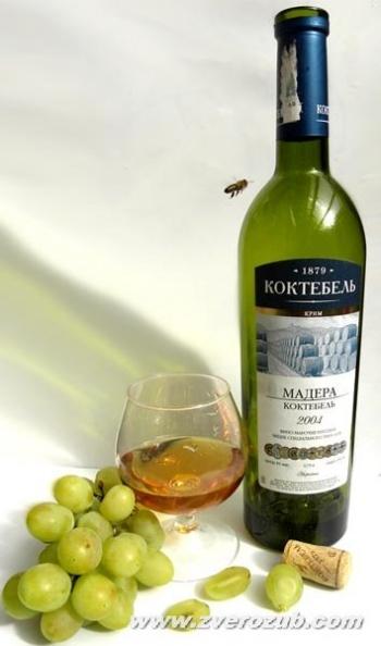 Пчела рядом с виноградом и вином всегда гарантия их экологической чистоты!