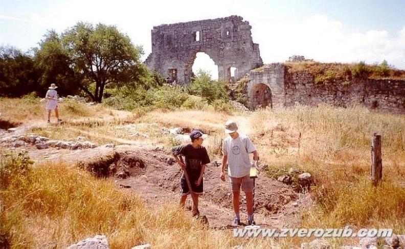 первые шаги в кладоискательстве надо делать волонтером в археологической экспедиции, Мангуп, раскопки, просеивание старых отвалов с металлодетектором
