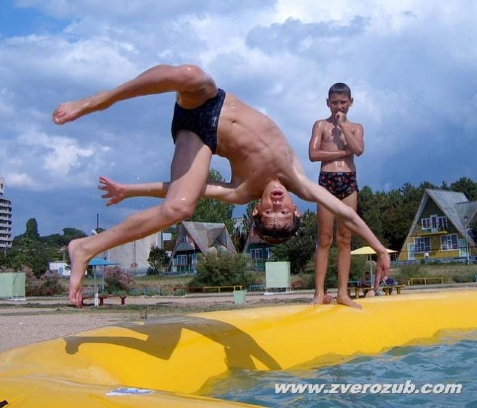 Боковое сальто лучше тренировать в бассейне с мощным окружающим надувным батутом