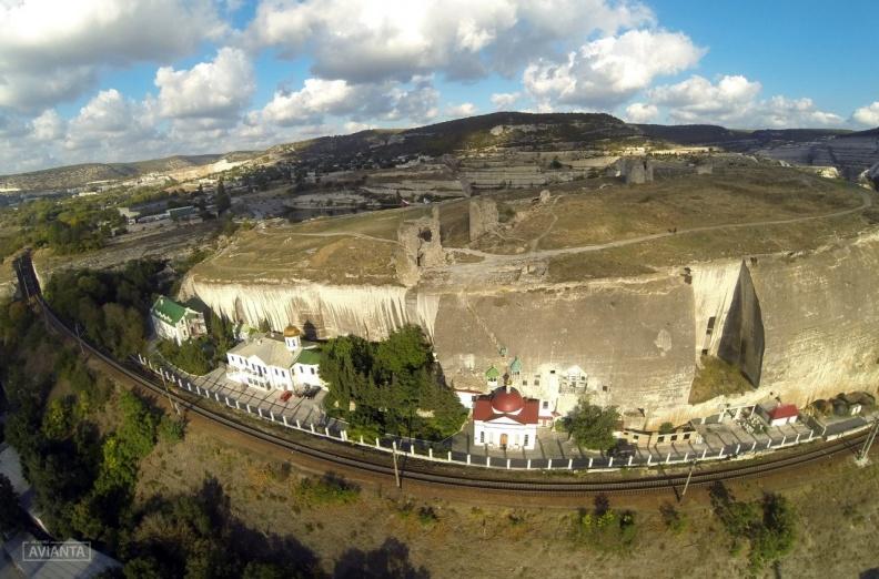 Немножко кривое фото, сделанное летучим роботом-дроном. На самом деле железная дорога прямая, как и обрыв скалы, в которой устроен Инкерманский пещерный монастырь