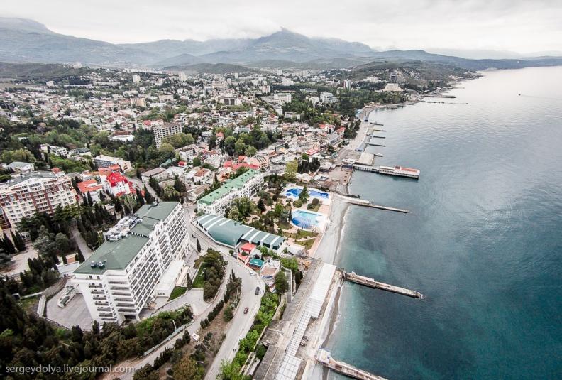 Берег и пляжи Алушты (Черное море), набережная, парки, отели, санатории и жилая застройка города с высоты полета, снимок с квадрокоптера