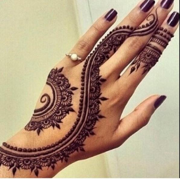 Роспись хной - мехенди на кисти руки должна гармонировать с маникюром и ювелирными украшениями
