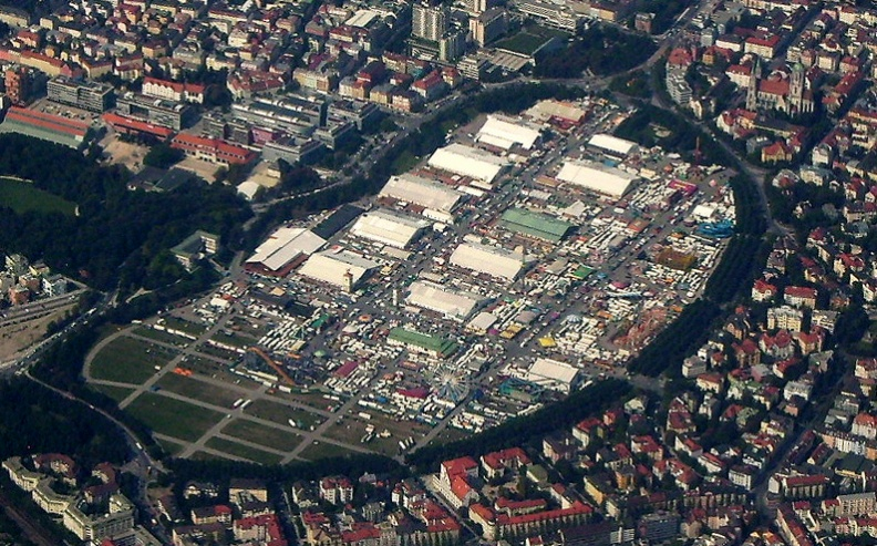 Пивной фестиваль в Мюнхене Октоберфест, вид с высоты