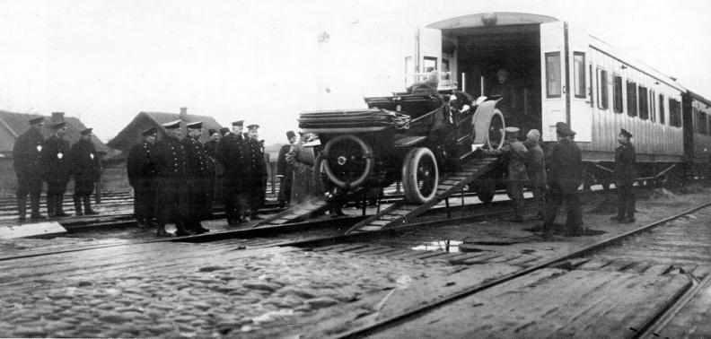 погрузка царского автомобиля в поезд, фото начала 20 века. из публикации в журнале ПОЛИТИКА