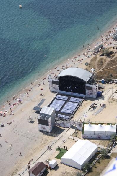 Коктебель. сцена джазового фестиваля на пляже, фото с высоты полета параплана