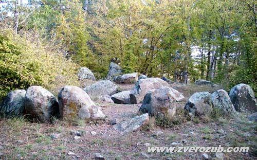 Алуштинский кромлех можно видеть лишь частично, всё  закрыто зарослями.  Курган (слева) окружен сложными круговыми и линейными группами диабазовых глыб