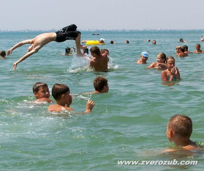 прыжок в море назад прогнувшись