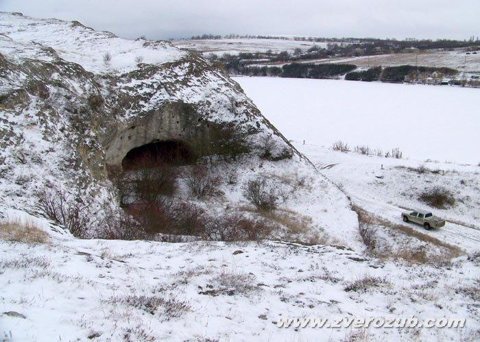 Волчий грот - реальное пещерное святилище троглодитов рядом с Симферополем. Внизу пикап студии Ялта-фильм.