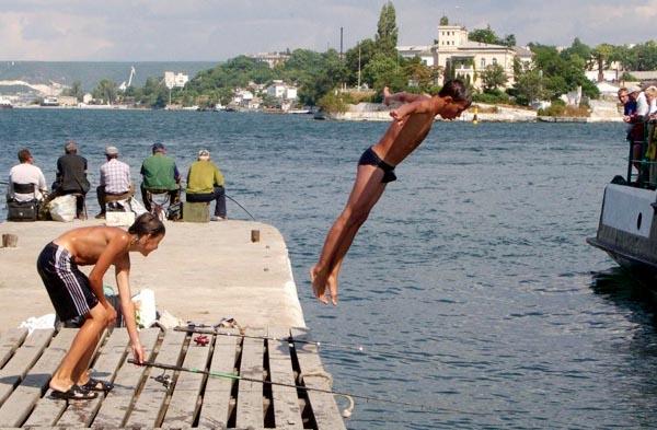 Графская пристань Севастополя. Диверсификация: ловить рыбу, таскать со дна рапану, нырять, зазывать туристов на морские экскурсии. Еще и грозить врагам