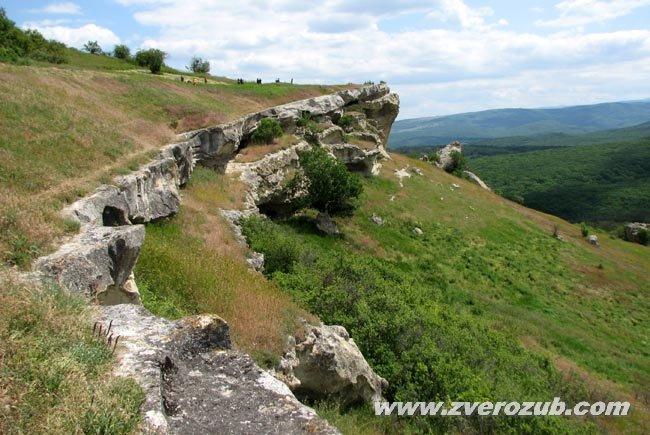 Пещерный город Бакла, южный склон. Два три яруса криптов - искусственных хозяйственных пещер