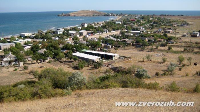 Вид на мыс Зюк и село Курортное (Мама русская), земля которого в античное время было морским дном, с древнего берегового уступа