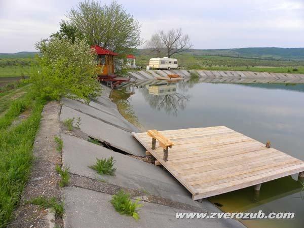 Водохранилище в верховьях реки Малый Салгир к югу от Симферополя, между селами Денисовка и Дружное