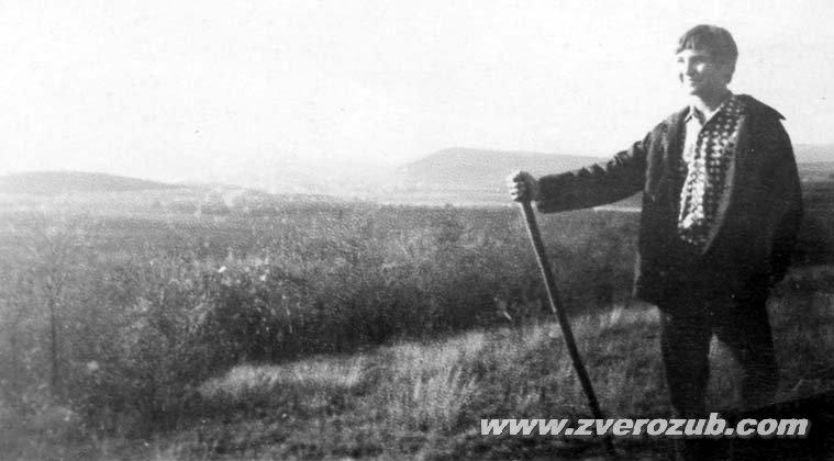 Игорь Русанов, лет в 12-13 на одном из холмов дальнего берега Симферопольского водохранилища