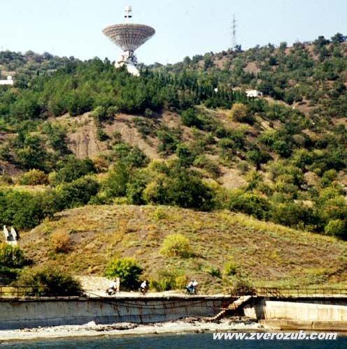 Радиотелескоп над диким пляжем у мыса Сатера к востоку от Алушты
