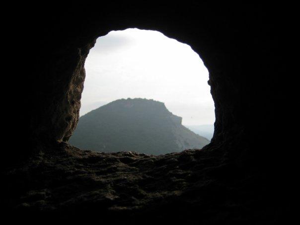 вид на Тепе-кермен из пещеры в древнем городе Кыз-кермен. Силуэт ежа