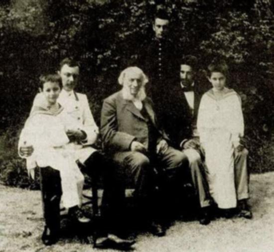 Константин Арцеулов (слева на коленях у отца) был младшим внуком художника-мариниста И.Айвазовского. В 1910 году пытался поступить в Академию художеств, но как только в Петербурге открылась школа пилотов, записался в нее.