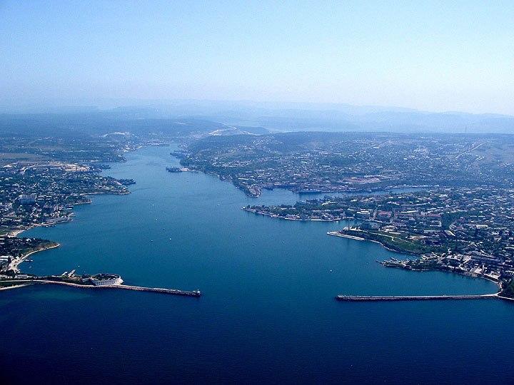 Взгляд на стратегическое значение крепости Каламита со стороны Черного моря. Севастопольская (Ахтиярская бухта), а в глубине кадра Казаклы-узень (Казачий ручей), то что теперь называется река Черная