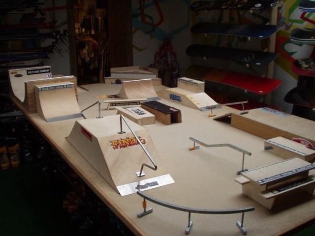 Трек (экстрим-парк) для фингерборда с классическими фигурами трюкового катания на скейте. Масштаб 1 к 8.