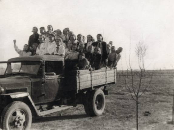 Бортовая грузовая машина с пионерами едет работать на поле
