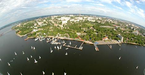 Река Южный Буг, вид на яхт-клуб и город Николаев с высоты полета