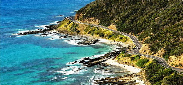 Великая океанская дорога в Австралии это две полосы отличного горного шоссе, видовые площадки, пляжи и туристическая инфраструктура