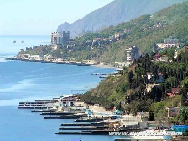 Профессорский уголок, Алушта. Вид на Голубевские камни (Птичьи острова) и берег у горы Кастель, имения Карабах и эллингов Санта Барбара