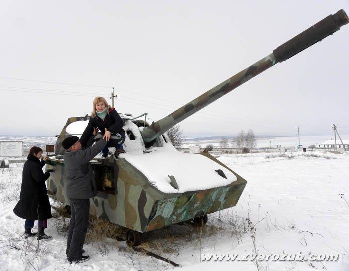 группа полностью незрячих крымчан на зимней прогулке по военному полигону, перед катанием на санках и сноуборде