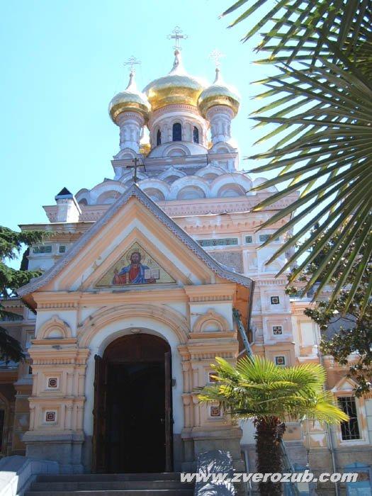 Храм Святого Александра Невского в Ялте среди пальм