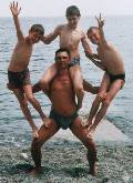 пирамида для пляжной силовой акробатики ОТЕЦ ГЕРОЙ. Алушта, дикий пляж у Лазурного, Черное море (56 кб)