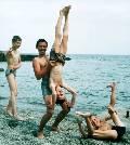 Акробатика и пирамиды на берегу моря. Алушта, Крым (46 кб)