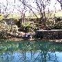 Плачущая скала и пруд у села Водное в долине реки Западный Булганак